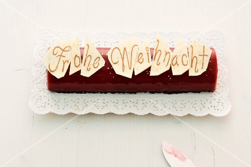 A Christmas cake with the words 'Frohe Weihnacht'