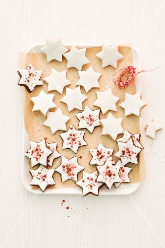Cinnamon stars on baking paper (seen from above)