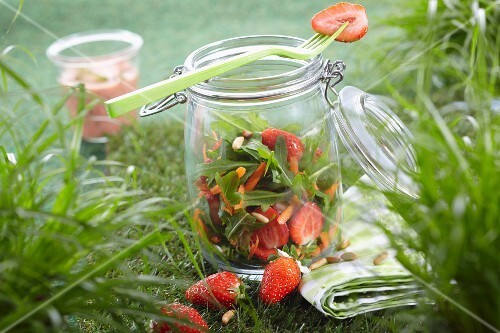 Rocket salad with asparagus and a strawberry dressing