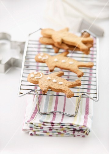 Gingerbread men on a cooling rack