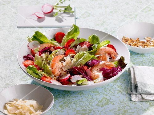 A colourful salad with prawns, strawberries and radishes