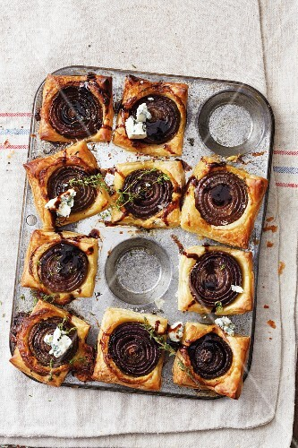 Onion tarts with blue cheese and thyme