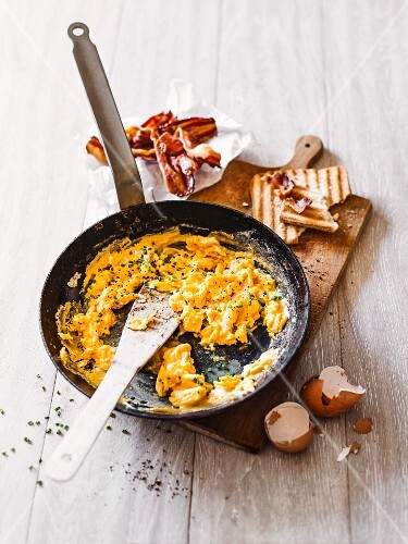 Classic scrambled eggs with bacon and toast