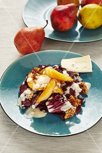Salad with roasted pears and a cheese dressing