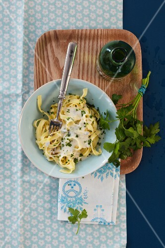 Tagliatelle with Gorgonzola sauce and parsley (seen from above)