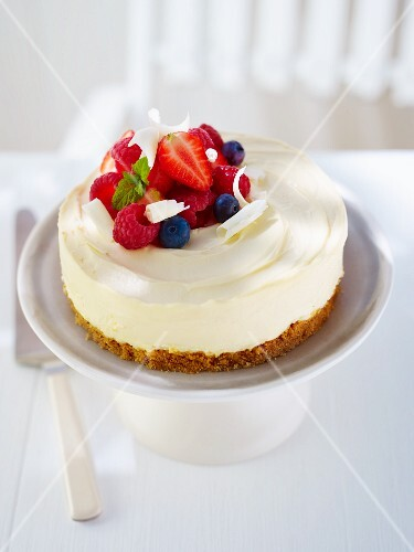 A mini cheese cake with fresh berries