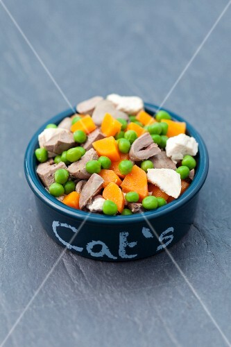Poultry innards and vegetables for cats