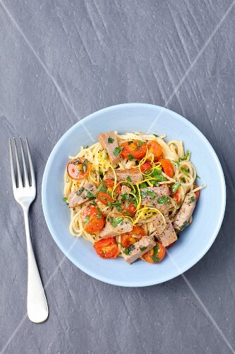 Spaghetti with cherry tomatoes, garlic and tuna