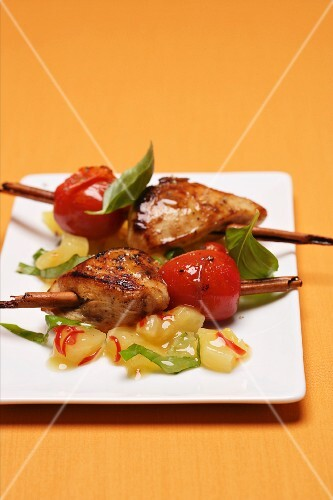 Chicken skewers with cinnamon, tomatoes and fruits
