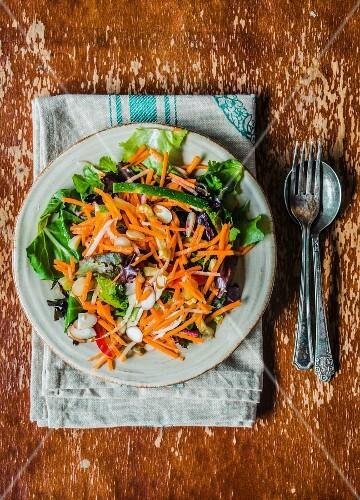 Spinatsalat mit geraspelten Möhren, Zucchini und Rosinen