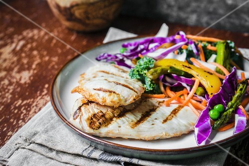 Grilled chicken breast with a vegetable salad
