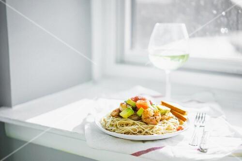 Spaghetti with prawns and avocado