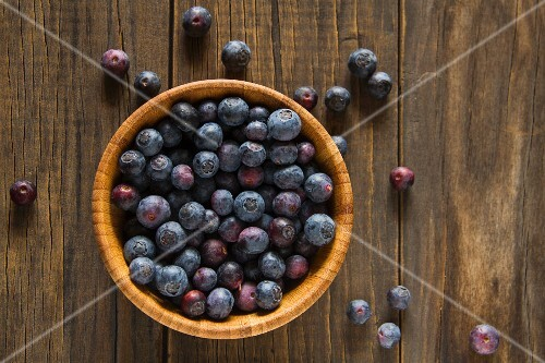 Blueberries in a wooden bowl (seen from above)