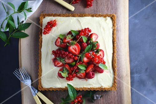 Berry tart with lemon cream