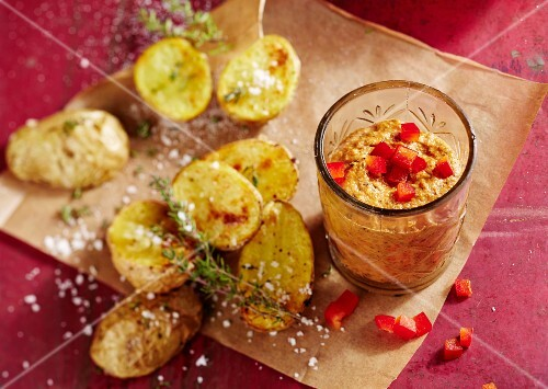 Pepper pesto with baked potatoes