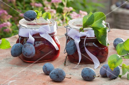 Damson compote as a gift with fresh damsons