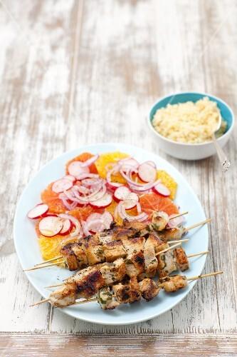 Schweinefleischspiesse mit Zitrusfrüchtesalat & Couscous
