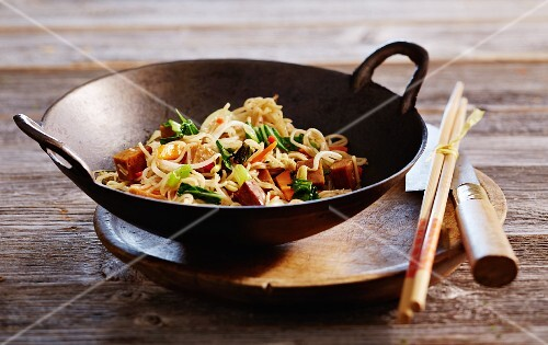 Fried noodles with bok choy and seitan