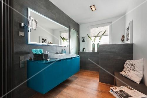 Zeitgenossisches Bad Mit Petrolfarbenem Waschtisch Unter