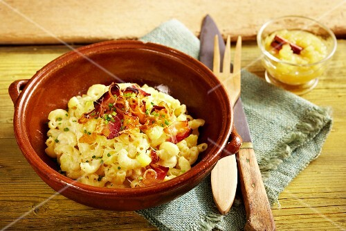 Elbow macaroni with bacon and apple compote