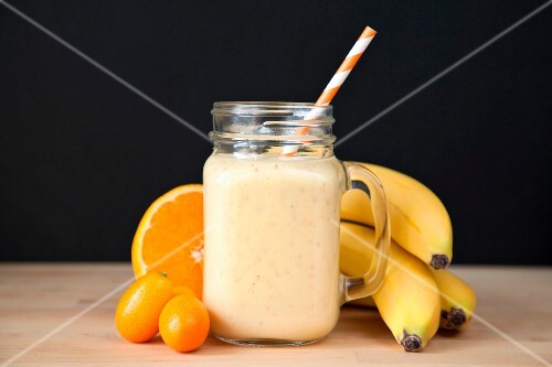 smoothie mit banane orange kumquats in glaskrug bild. Black Bedroom Furniture Sets. Home Design Ideas