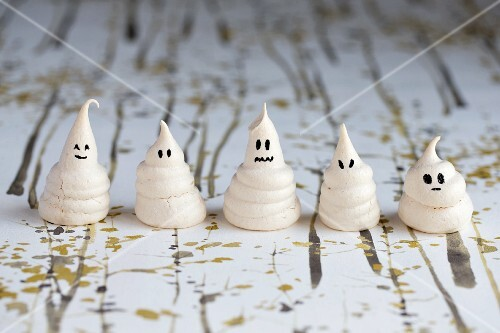 Mini meringue ghosts for Halloween
