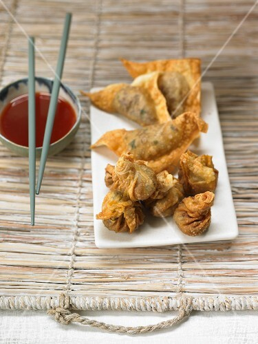 Deep-fried pastries with a chilli dip (Asia)