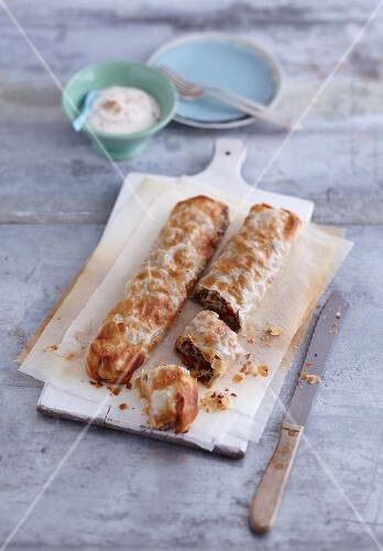 Minced meat strudel with yoghurt sauce