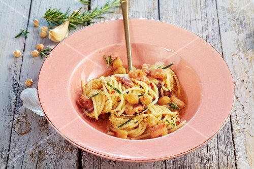 Spaghetti with squid and chickpeas
