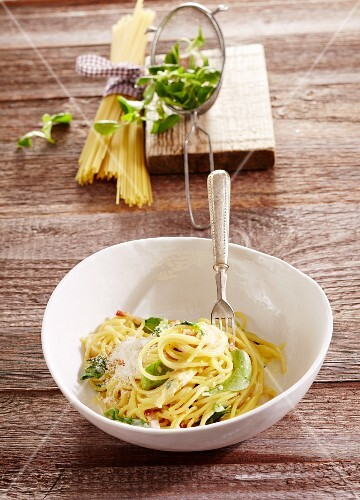 Spaghetti with lamb's lettuce and bacon