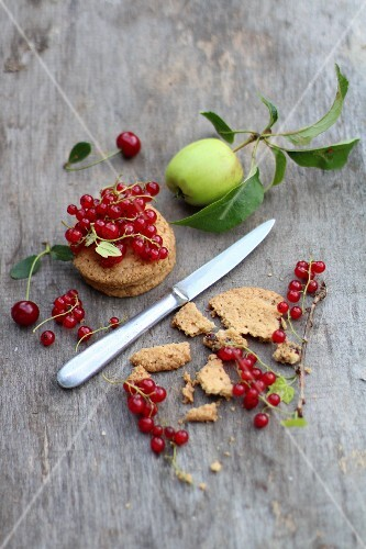 Biscuits with redcurrants, cherries and an apple