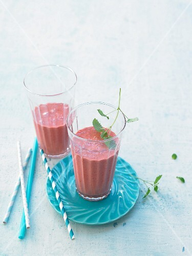 Strawberry smoothies with yoghurt