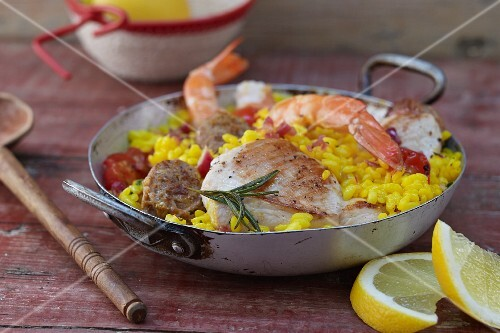 Oven-baked risotto with fish, chicken and garlic sausage