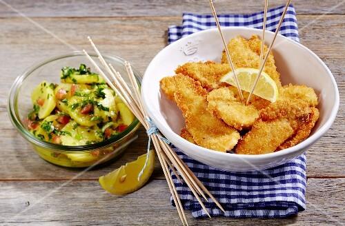 Wild garlic and potato salad with chicken nuggets