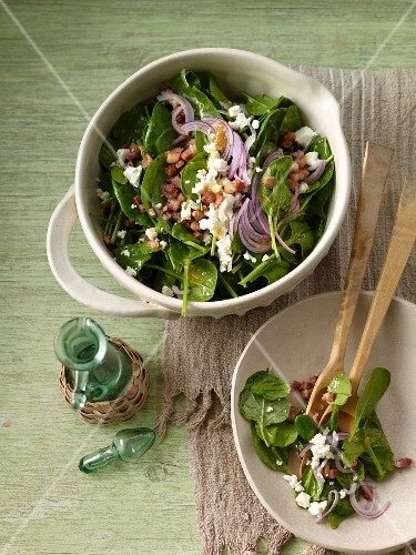 Baby spinach salad with feta cheese and bacon