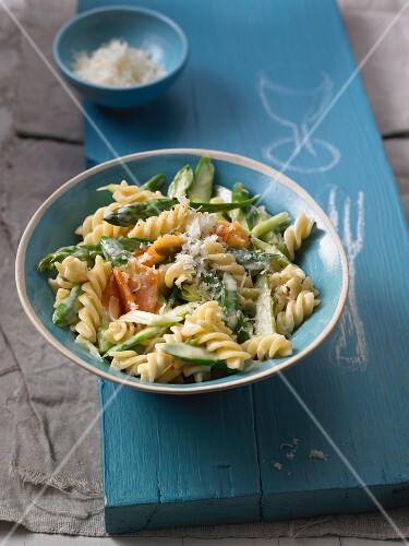 Pasta with carrot strips and asparagus