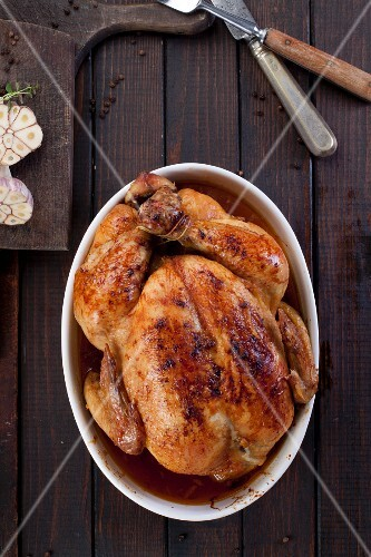 Roast chicken with garlic (seen from above)