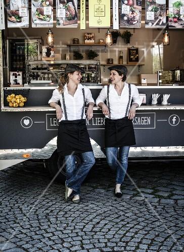 Zwei Frauen vor einem Food Truck