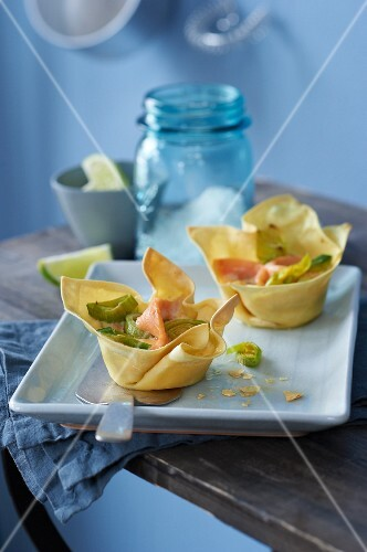 Pasta muffins with leek, smoked salmon and lime cream