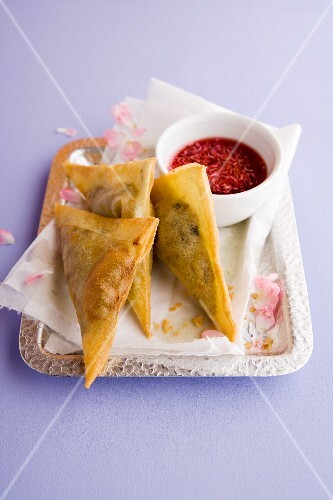 Samosas filled with aubergines and scamorza with a rose and chilli dip