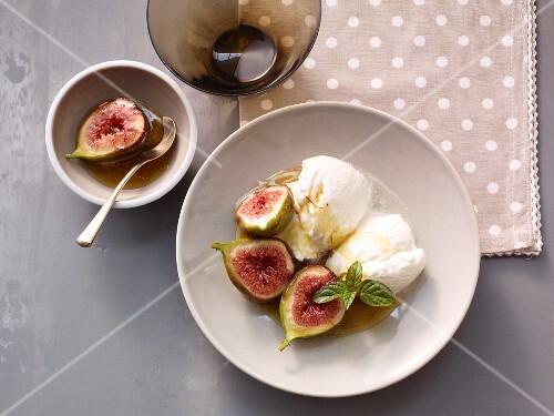 Fresh figs in syrup with yoghurt