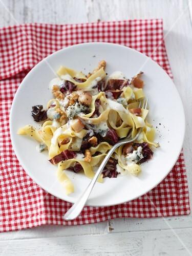 Pasta with gorgonzola sauce, pears, radicchio and walnuts