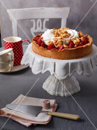 Strawberry cake with cream and crumbles