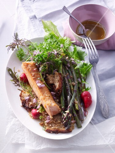 Bread salad with green asparagus and salmon fillet