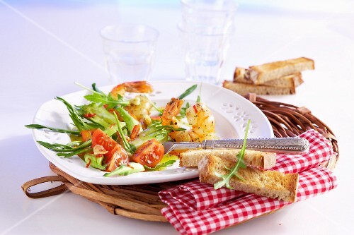 Puntarelle salad with prawns and tomatoes