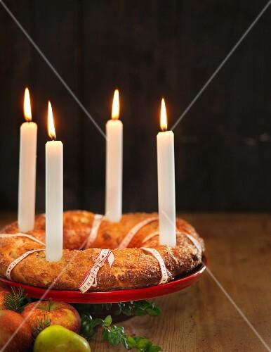 weihnachtlicher adventskranz kuchen mit bilder kaufen 11411349 stockfood. Black Bedroom Furniture Sets. Home Design Ideas