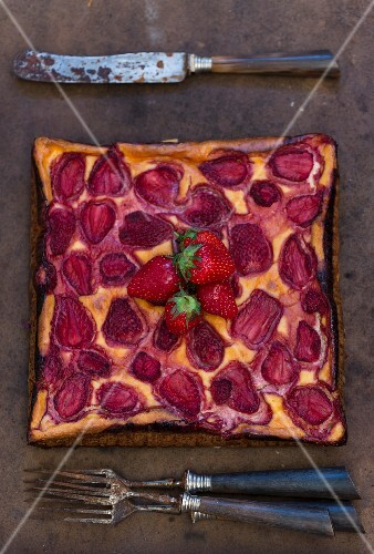 A square strawberry tart (seen from above)