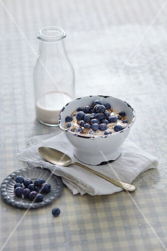 Vegan power muesli with blueberries and almond milk