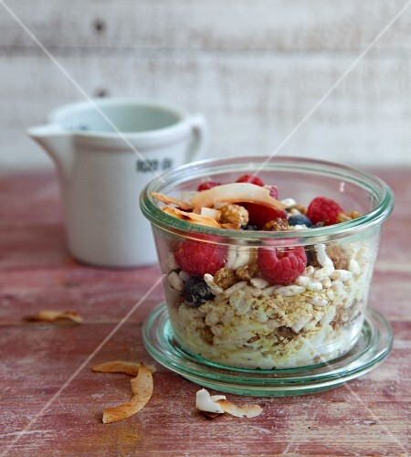 Berry oats with puffed wholemeal rice to take away