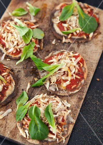 Vegan teff flour mini pizzas with purslane and Hamburg parsley